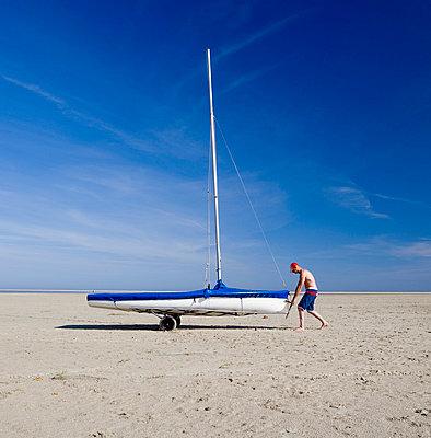 Mann zieht Boot  - p8060022 von Levi + Lo