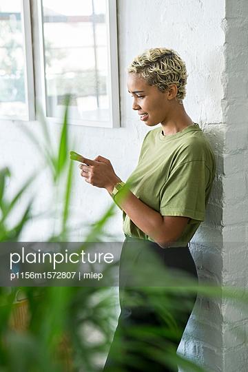 Frau mit Mobilphone - p1156m1572807 von miep