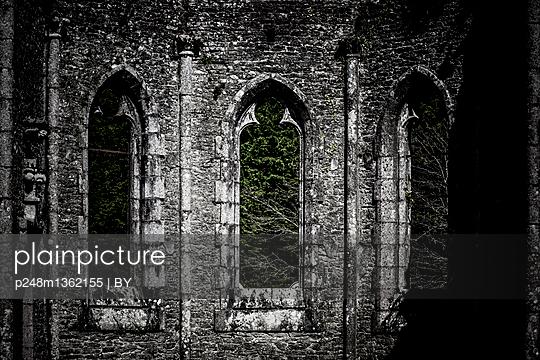 Verfallene Kirche - p248m1362155 von BY