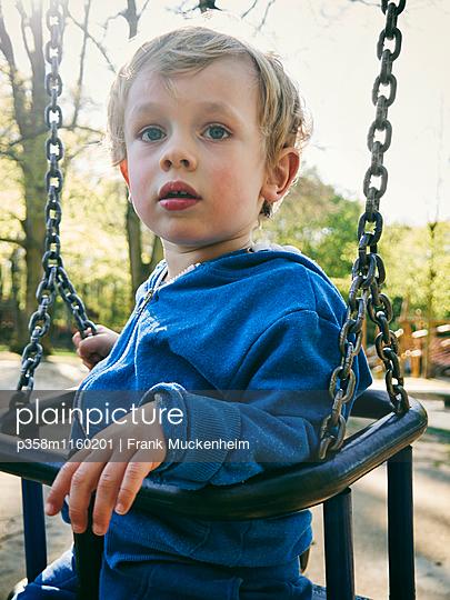Kleiner Junge in einer Schaukel - p358m1160201 von Frank Muckenheim