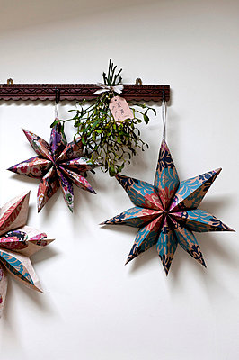 Star shaped Christmas decorations and mistletoe in Walberton home;  West Sussex;  England;  UK - p349m697216 by Polly Eltes