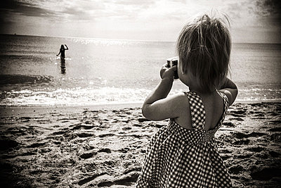 Maedchen fotografiert Mama - p627m1035906 von Christian Reister