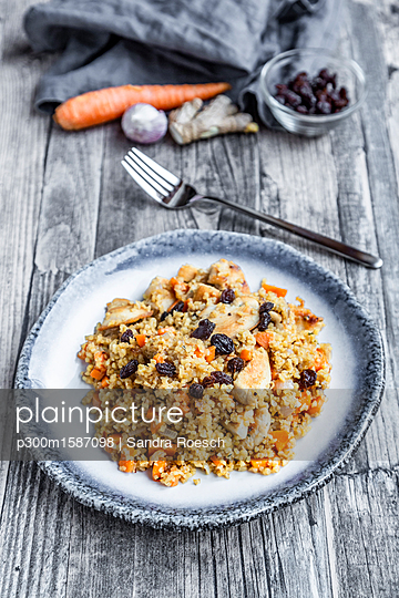 Bulgur with chicken meat, carrot, ginger and raisins - p300m1587098 von Sandra Roesch
