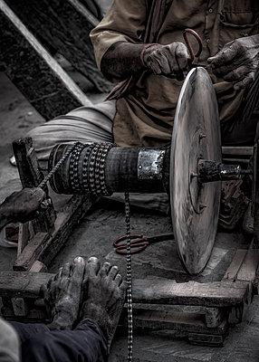 Messerschleife mit primitiver Schleifmaschine - p1243m1525089 von Archer