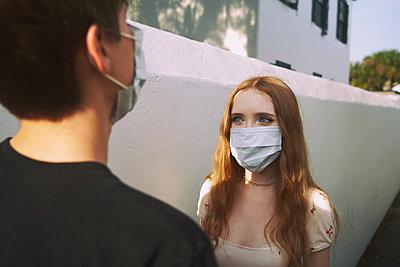 Jugendliche mit Maske - p1694m2291720 von Oksana Wagner
