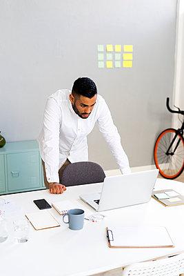 Arab businessman in the office or creative studio - p300m2275873 von Giorgio Fochesato