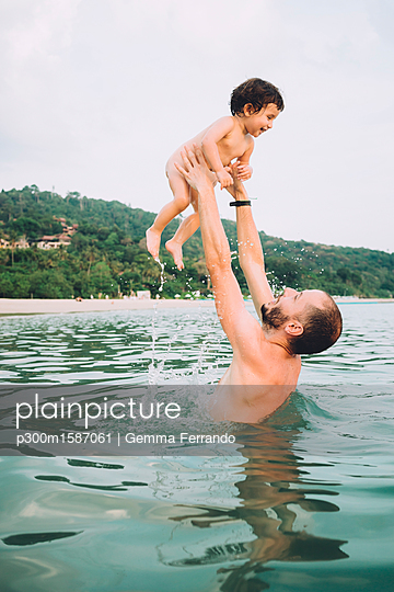 Thailand, Koh Lanta, father playing with his little daughter in the sea - p300m1587061 von Gemma Ferrando
