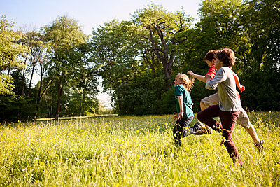 Kinder rennen über die Wiese - p1195m1138152 von Kathrin Brunnhofer