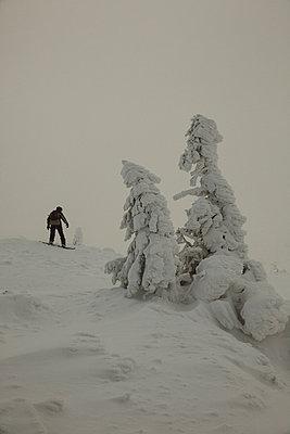 Skiing in dangerous area - p1990575 by Oliver Jäckel