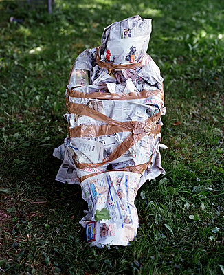 Person wrapped in newspaper - p453m2160797 by Mylène Blanc