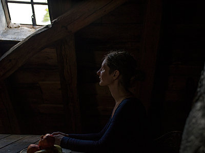 Woman in attic flat - p945m1497405 by aurelia frey