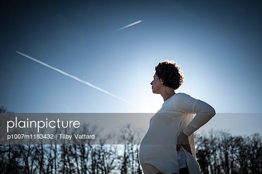 Future mother looking at the sky - p1007m1183432 by Tilby Vattard