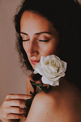 An einer Rose riechen und träumen - p045m2209282 von Jasmin Sander