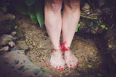 Woman standing barefoot in a creek - p1150m1194484 by Elise Ortiou Campion