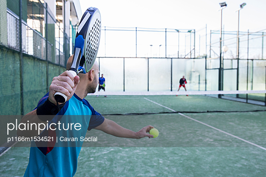 plainpicture | Photo library for authentic images - plainpicture p1166m1534521 - Friends practicing tennis i... - plainpicture/Cavan Images/Cavan Social