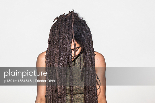 Young woman with dreadlocks - p1301m1561818 by Delia Baum