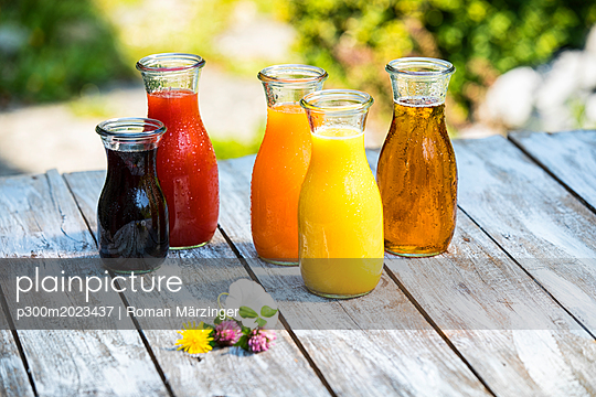 Glass bottles of various fruit juices - p300m2023437 von Roman Märzinger