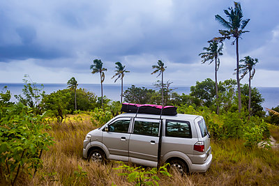 Car with surfboards on seashore in tropical climate, Nusa Penida, Bali, Indonesia - p343m1578157 by Konstantin Trubavin
