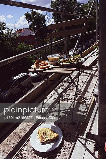Germany, Berlin, Breakfast on a scaffolding - p1301m2196927 by Delia Baum