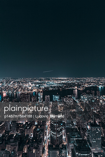 Plane or shooting star above NYC? - p1487m1564188 by Ludovic Mornand