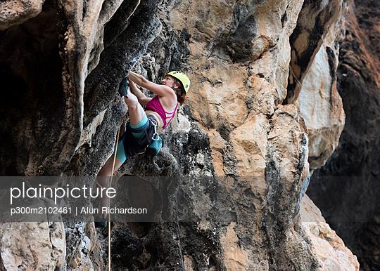 Thailand, Krabi, Thaiwand wall, woman climbing in rock wall - p300m2102461 by Alun Richardson