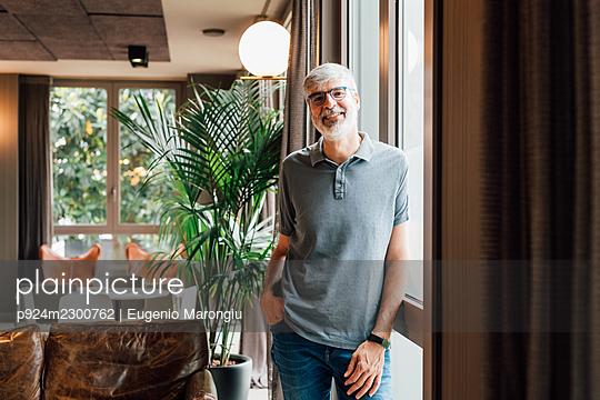 Italy, Portrait of businessman in creative studio - p924m2300762 by Eugenio Marongiu