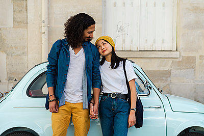 Young couple in love standing at small car - p300m2024157 von VITTA GALLERY