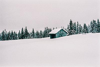 Norway, Lillehammer, wooden hut in winter landscape - p300m2083635 by VISUALSPECTRUM