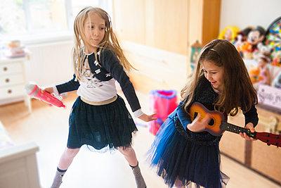 Girls singing, dancing, playing guitar - p429m1469546 by G. Mazzarini