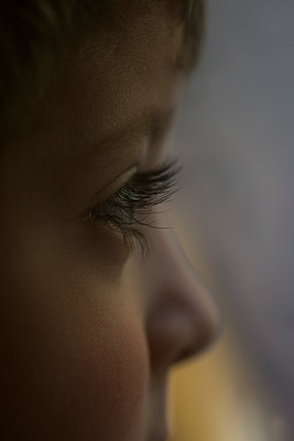 Little boy looking away  - p794m2073065 by Mohamad Itani