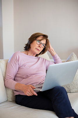 Woman with laptop computer - p975m2057355 by Hayden Verry