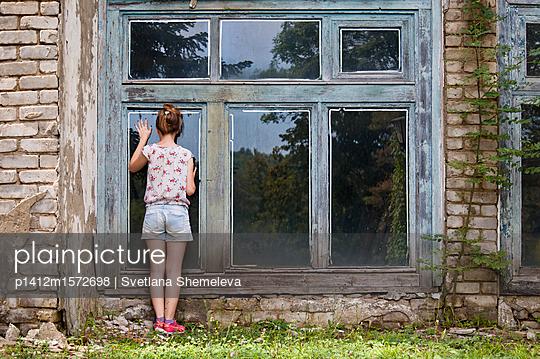 Mädchen bei einer Ruine - p1412m1572698 von Svetlana Shemeleva