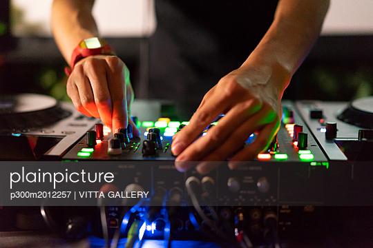 DJ working on mixing board - p300m2012257 von VITTA GALLERY