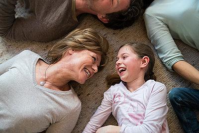 Oma und Enkelin liegen auf dem Boden - p1142m1572999 von Runar Lind