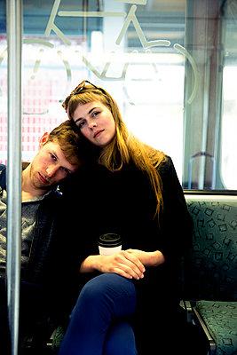 Junges Paar in der Bahn - Einschlafend - p1212m1138834 von harry + lidy