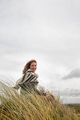 junge Frau in Dünen - p1212m1181974 von harry + lidy