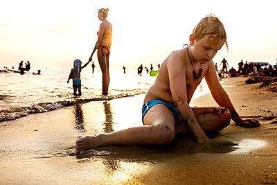 Spielen im Sand - p890m2044170 von Mielek
