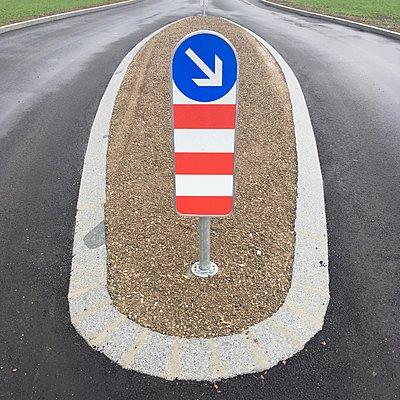 Verkehrsinsel mit Verkehrsschild - p1401m2082078 von Jens Goldbeck