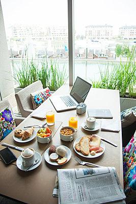 Breakfast on table in luxury hotel - p623m1495132 by Gabriel Sanchez