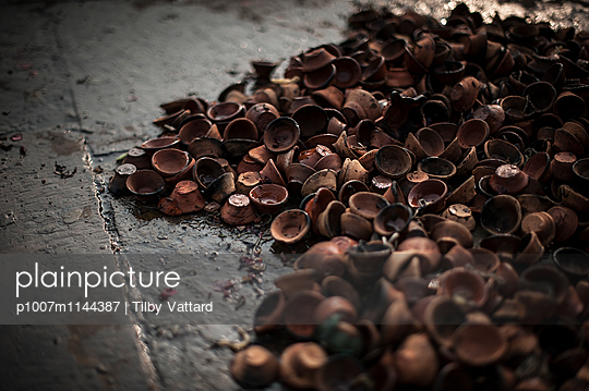 Used oil lamps - p1007m1144387 by Tilby Vattard