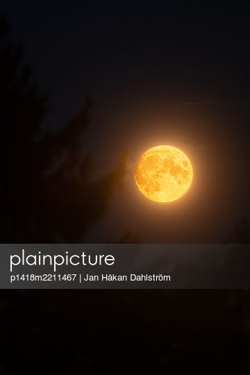 Moon rising - p1418m2211467 by Jan Håkan Dahlström