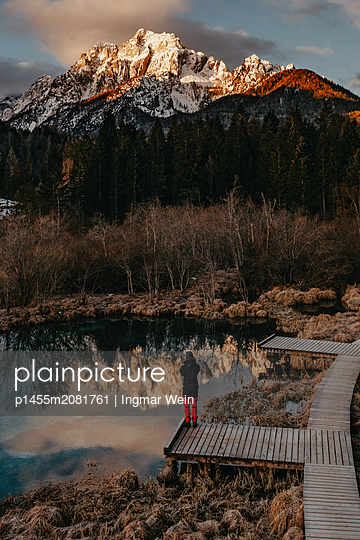 Man enjoys a early morning sunrise at the Zelenci Natural Reserve in Slovenia - p1455m2081761 by Ingmar Wein