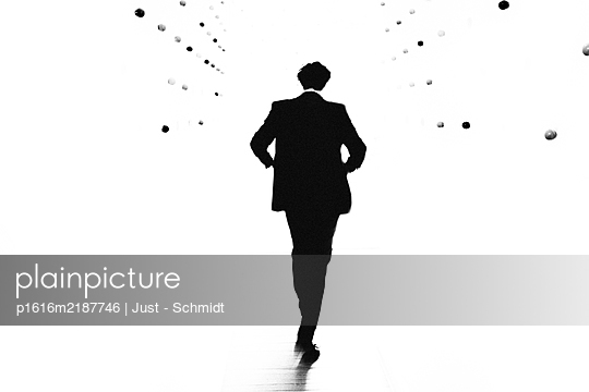 Businessman, rear view - p1616m2187746 by Just - Schmidt