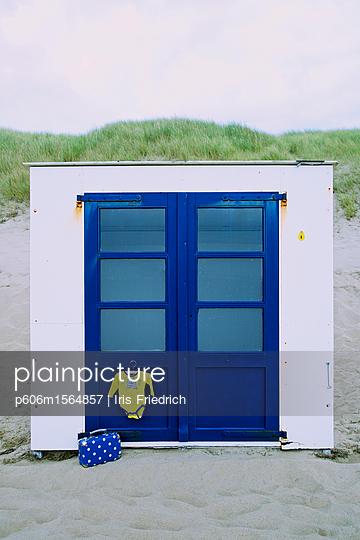 Strandhaus mit Kinderkoffer - p606m1564857 von Iris Friedrich