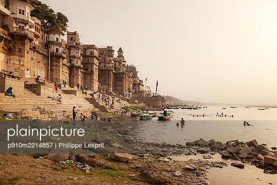 Indien, Varanasi, Menschen am Fluss - p910m2214857 von Philippe Lesprit
