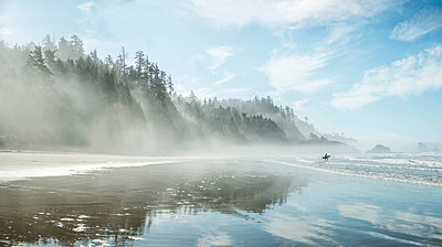 Idyllic view of Indian Beach at Ecola State Park during foggy weather - p1166m1489315 by Cavan Images