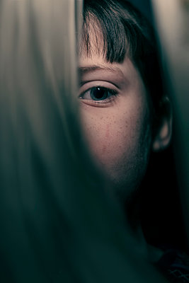 Boy hiding behind curtains - p1228m2253912 by Benjamin Harte