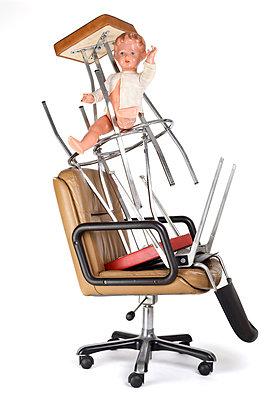 Stühle mit einer Puppe - p6060472 von Iris Friedrich