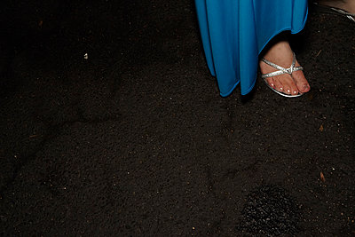 Frau in Abendkleid - p913m1538435 von LPF