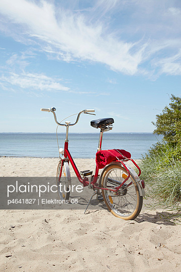 Bicycle on a beach - p4641827 by Elektrons 08